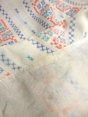 画像5: ☆ ヨーロッパ古着 刺繍ステッチ柄プリントがめずらしい!!ヴィンテージブラウス ☆ (5)