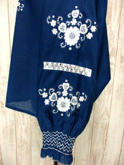 画像2: 贅沢なお花刺繍が素晴らしい 袖・襟にも可愛らしい刺繍 稀少なネイビーカラー ヨーロッパ古着 大人ガーリーなヴィンテージ長袖スモックブラウス スイス製【3818】