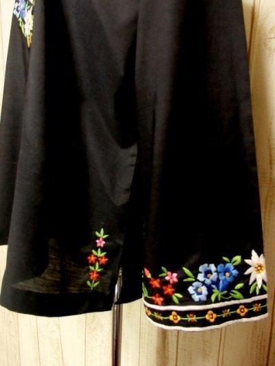 画像2: ぷっくりカラフルお花刺繍が可愛いすぎる めずらしいデザイン 大人フォークロアスタイル ヨーロッパ古着 ヴィンテージスモックブラウス スイス製 Black【3817】