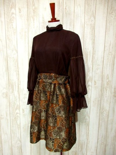 画像1: ヨーロッパ古着 ふんわりボリューム袖♪クラシカル模様切り替えデザイン!!後ろウエストブローチ付き 大人レトロアンティークスタイル♪華やかヴィンテージドレス