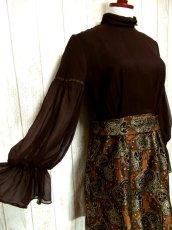 画像2: ヨーロッパ古着 ふんわりボリューム袖♪クラシカル模様切り替えデザイン!!後ろウエストブローチ付き 大人レトロアンティークスタイル♪華やかヴィンテージドレス (2)