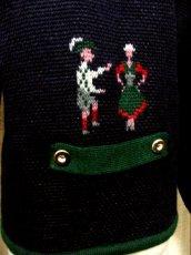 画像4: ☆ ヨーロッパ古着 民族衣装を着た男女模様編み入りがめずらしい!!ネイビー×グリーンパイピング♪ウッド調ボタンもアクセント★主役級のチロルニットカーディガン ☆ (4)