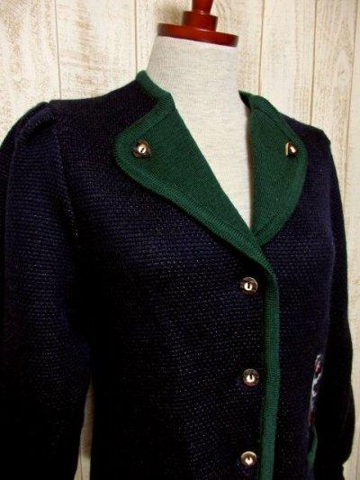 画像1: ☆ ヨーロッパ古着 民族衣装を着た男女模様編み入りがめずらしい!!ネイビー×グリーンパイピング♪ウッド調ボタンもアクセント★主役級のチロルニットカーディガン ☆
