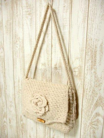 画像1: ☆ モコモコニット編みがめずらしく可愛い〜!!ニットお花装飾・ウッド調トグルがPOINT♪レトロガーリーなニット編みショルダーバック オフホワイト ☆