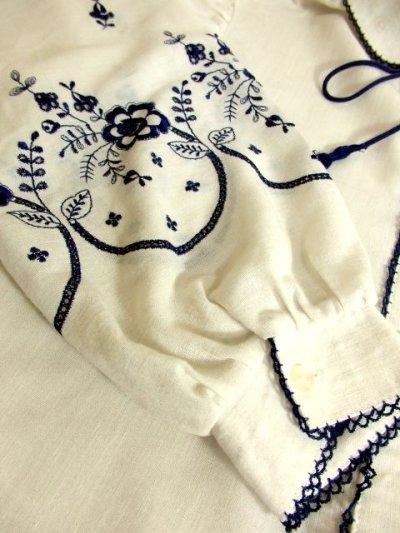 画像3: ネイビーお花刺繍&パイピング装飾が魅力的すぎる 首元リボン結びで可愛く ヨーロッパ古着 大人ガーリーな刺繍入り大人ヴィンテージホワイトブラウス【4138】