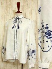画像1: ネイビーお花刺繍&パイピング装飾が魅力的すぎる 首元リボン結びで可愛く ヨーロッパ古着 大人ガーリーな刺繍入り大人ヴィンテージホワイトブラウス【4138】 (1)