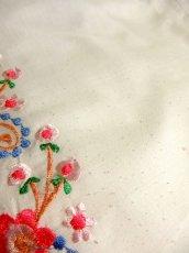画像6: 贅沢なピンクお花刺繍が可愛すぎる 袖にも刺繍 首元リボン結び ヨーロッパ古着 乙女ヴィンテージ長袖スモックブラウス【4239】 (6)