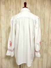 画像5: 贅沢なピンクお花刺繍が可愛すぎる 袖にも刺繍 首元リボン結び ヨーロッパ古着 乙女ヴィンテージ長袖スモックブラウス【4239】 (5)