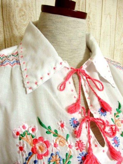 画像1: 贅沢なピンクお花刺繍が可愛すぎる 袖にも刺繍 首元リボン結び ヨーロッパ古着 乙女ヴィンテージ長袖スモックブラウス【4239】