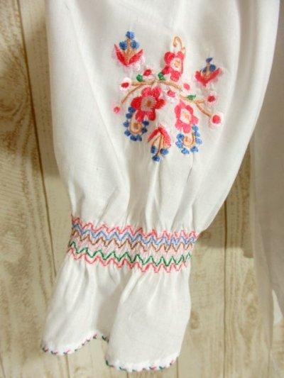 画像2: 贅沢なピンクお花刺繍が可愛すぎる 袖にも刺繍 首元リボン結び ヨーロッパ古着 乙女ヴィンテージ長袖スモックブラウス【4239】
