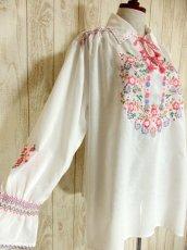 画像4: 贅沢なピンクお花刺繍が可愛すぎる 袖にも刺繍 首元リボン結び ヨーロッパ古着 乙女ヴィンテージ長袖スモックブラウス【4239】 (4)