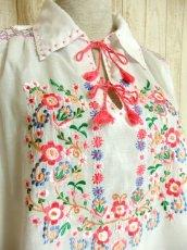 画像3: 贅沢なピンクお花刺繍が可愛すぎる 袖にも刺繍 首元リボン結び ヨーロッパ古着 乙女ヴィンテージ長袖スモックブラウス【4239】 (3)