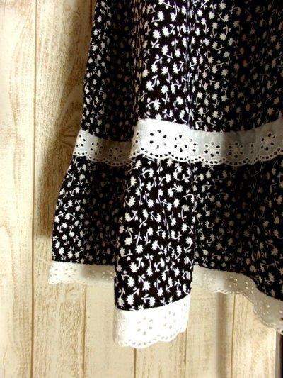画像2: ☆ ヨーロッパ古着 モノクロ×小花柄♪2段ホワイトコットンレース装飾☆レトロガーリーヴィンテージスカート ☆