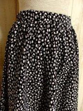 画像5: ☆ ヨーロッパ古着 モノクロ×小花柄♪2段ホワイトコットンレース装飾☆レトロガーリーヴィンテージスカート ☆ (5)