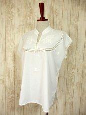 画像2: 透かし編みレース装飾がとびきりCUTE フラワー刺繍 ヨーロッパ古着 ヴィンテージホワイトトップス【4292】 (2)