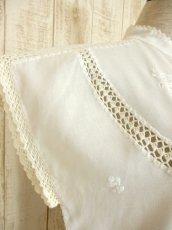画像4: 透かし編みレース装飾がとびきりCUTE フラワー刺繍 ヨーロッパ古着 ヴィンテージホワイトトップス【4292】 (4)
