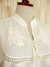 画像3: 透かし編みレース装飾がとびきりCUTE フラワー刺繍 ヨーロッパ古着 ヴィンテージホワイトトップス【4292】 (3)
