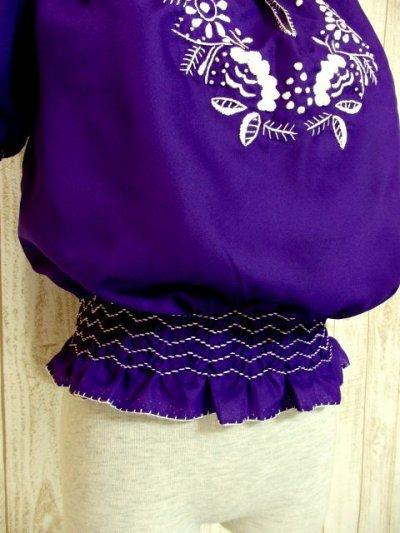 画像2: ぷっくり刺繍が可愛い めずらしいパープルカラー ヨーロッパ古着 大人フォークロアなヴィンテージスモックブラウス【4399】