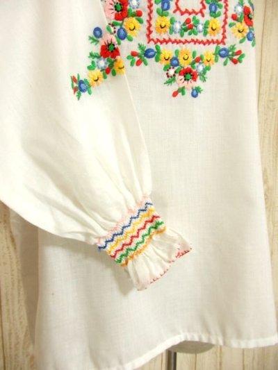 画像2: ぷっくりカラフルお花刺繍がキュート ヨーロッパ古着 ガーリーなヴィンテージ長袖スモックブラウス【4398】