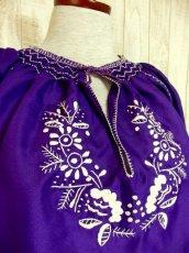 画像3: ぷっくり刺繍が可愛い めずらしいパープルカラー ヨーロッパ古着 大人フォークロアなヴィンテージスモックブラウス【4399】 (3)