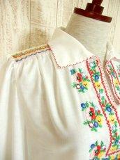 画像6: ぷっくりカラフルお花刺繍がキュート ヨーロッパ古着 ガーリーなヴィンテージ長袖スモックブラウス【4398】 (6)