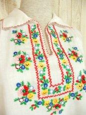 画像3: ぷっくりカラフルお花刺繍がキュート ヨーロッパ古着 ガーリーなヴィンテージ長袖スモックブラウス【4398】 (3)
