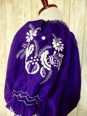 画像6: ぷっくり刺繍が可愛い めずらしいパープルカラー ヨーロッパ古着 大人フォークロアなヴィンテージスモックブラウス【4399】 (6)