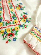 画像7: ぷっくりカラフルお花刺繍がキュート ヨーロッパ古着 ガーリーなヴィンテージ長袖スモックブラウス【4398】 (7)