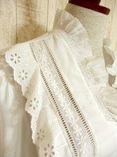 画像7: ふんわり袖が可愛い お花刺繍 レース装飾 ホワイト ディアンドル チロルブラウス ドイツ民族衣装 舞台 演奏会 フォークダンス オクトーバーフェスト 【4421】 (7)