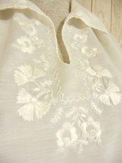 画像3: お花刺繍が素敵 ふんわりパフスリーブ 大人可愛い ヨーロッパ古着 半袖ヴィンテージスモックブラウス【4479】 (3)
