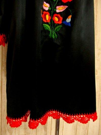 画像2: 贅沢なぷっくりお花刺繍が素晴らしい 袖にも刺繍 かぎ針りレース装飾も見事 ヨーロッパ古着 上質なヴィンテージスモックブラウス ブラック【4482】
