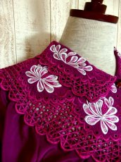 画像7: お花透かし編み刺繍レース 稀少パープルカラー ボリュームある袖も可愛い ヨーロッパ古着 ヴィンテージ刺繍ブラウス【4497】 (7)