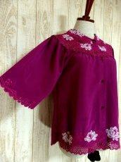 画像4: お花透かし編み刺繍レース 稀少パープルカラー ボリュームある袖も可愛い ヨーロッパ古着 ヴィンテージ刺繍ブラウス【4497】 (4)