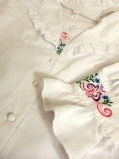 画像11: 主役級間違いなし ぷっくりフラワー刺繍・大きな襟 ホワイト ディアンドル チロルブラウス ドイツ民族衣装 舞台 演奏会 フォークダンス オクトーバーフェスト【4768】 (11)