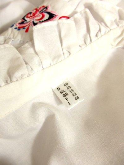 画像3: 主役級間違いなし ぷっくりフラワー刺繍・大きな襟 ホワイト ディアンドル チロルブラウス ドイツ民族衣装 舞台 演奏会 フォークダンス オクトーバーフェスト【4768】