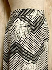 画像2: ☆  モノクロガーリーDot×ジグザグ柄×フラワー柄が可愛い♪ 70's ヴィンテージスカート ブラック×ホワイト ☆ (2)