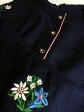 画像9: アンティークフラワー×ぷっくり刺繍入り ハート型ウッド調ボタンがアクセント ネイビー×ピンク チロルスカート ドイツ民族衣装 舞台 演劇 演奏会 フォークダンス オクトーバーフェスト 【4835】 (9)