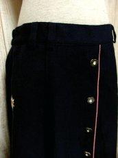画像4: アンティークフラワー×ぷっくり刺繍入り ハート型ウッド調ボタンがアクセント ネイビー×ピンク チロルスカート ドイツ民族衣装 舞台 演劇 演奏会 フォークダンス オクトーバーフェスト 【4835】 (4)