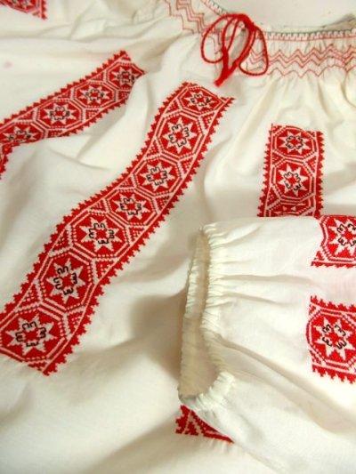 画像3: クロスステッチ刺繍が素晴らしい カラーリングもGood 首元リボン結び ヨーロッパ古着 大人フォークロアなヴィンテージスモックブラウス【4882】