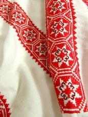 画像9: クロスステッチ刺繍が素晴らしい カラーリングもGood 首元リボン結び ヨーロッパ古着 大人フォークロアなヴィンテージスモックブラウス【4882】 (9)