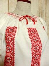 画像3: クロスステッチ刺繍が素晴らしい カラーリングもGood 首元リボン結び ヨーロッパ古着 大人フォークロアなヴィンテージスモックブラウス【4882】 (3)