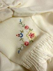 画像9: ぷっくりお花刺繍が可愛い スタンドカラーで襟元すっきり ヨーロッパ古着 大人ガーリーなヴィンテージ長袖刺繍ブラウス【4983】 (9)