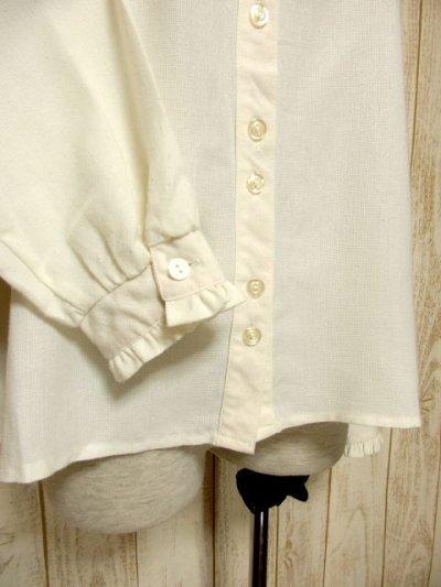 画像2: ぷっくりお花刺繍が可愛い スタンドカラーで襟元すっきり ヨーロッパ古着 大人ガーリーなヴィンテージ長袖刺繍ブラウス【4983】