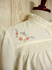 画像3: ぷっくりお花刺繍が可愛い スタンドカラーで襟元すっきり ヨーロッパ古着 大人ガーリーなヴィンテージ長袖刺繍ブラウス【4983】 (3)