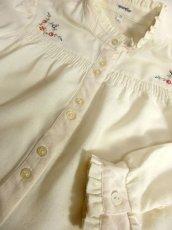 画像8: ぷっくりお花刺繍が可愛い スタンドカラーで襟元すっきり ヨーロッパ古着 大人ガーリーなヴィンテージ長袖刺繍ブラウス【4983】 (8)