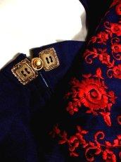 画像10: 深みのあるネイビーカラー×レッドカラーのお花刺繍が素晴らしい 魅力的なフォークロ刺繍入り ディアンドル チロルワンピース ドイツ民族衣装 舞台 演奏会 フォークダンス オクトーバーフェスト 【4985】 (10)