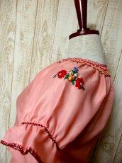 画像6: ぷっくりお花刺繍 ステッチが可愛い 袖にも刺繍 首元リボン結び ヨーロッパ古着 大人ガーリーなヴィンテージ半袖刺繍スモックブラウス【4987】 (6)