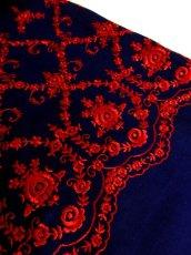 画像8: 深みのあるネイビーカラー×レッドカラーのお花刺繍が素晴らしい 魅力的なフォークロ刺繍入り ディアンドル チロルワンピース ドイツ民族衣装 舞台 演奏会 フォークダンス オクトーバーフェスト 【4985】 (8)