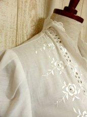 画像8: 見事なお花刺繍が素晴らしい ウエストリボン装飾 ヨーロッパ古着 ヴィンテージホワイトブラウス【5008】 (8)