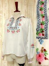 画像1: 贅沢なブルー ピンクお花刺繍が可愛すぎる 袖にも刺繍 ヨーロッパ古着 乙女ヴィンテージ長袖スモックブラウス【5006】 (1)